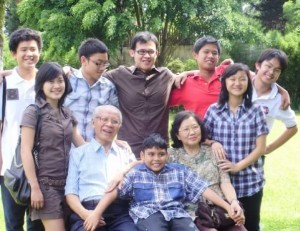 Bersama dengan para cucu,  saat semuanya masih bersekolah di Indonesia