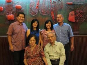 Hidayat Rustandi bersama istri Yosephine Sukaniwati & putra putri,  ki-ka : Sunardi,  Tinowati, Lastri & Sunarto