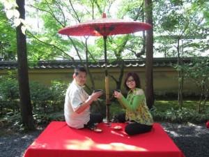 Kenangan minum teh ala Jepang di Kinkaku-ji Temple.  Unforgetable !