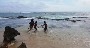 Main bola di tebing pantai pero